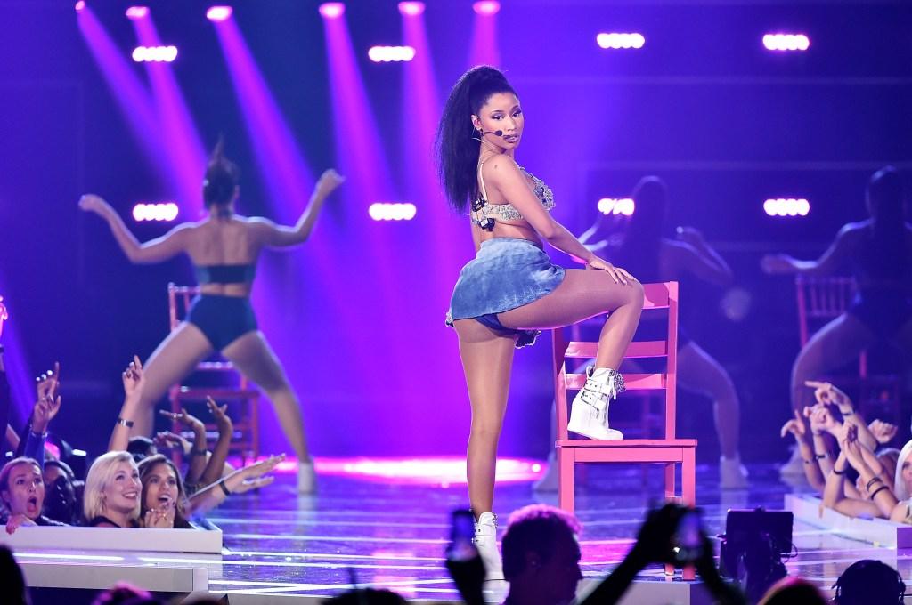 Nicki-Minaj-Crimped-Hair-Kim-Kardashian