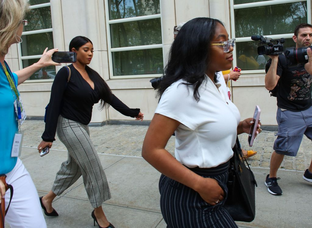 R-Kelly-Fans-Girlfreinds-Arrive-Court-Hearing
